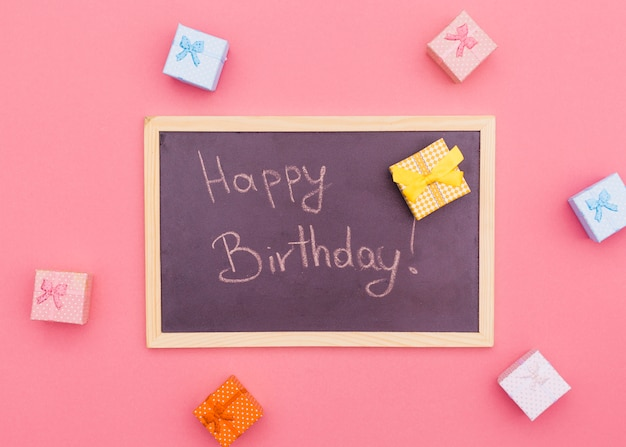 Composición flat lay de cumpleaños con pizarra