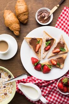 Composición flat lay de una deliciosa mesa de desayuno