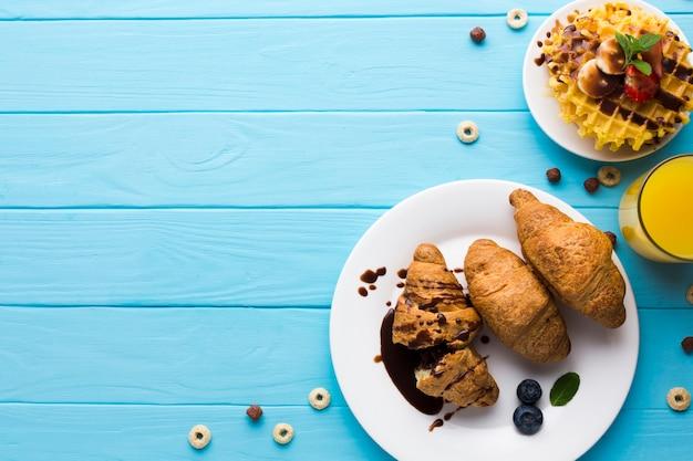 Composición flat lay de desayuno con copyspace