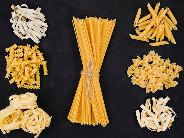 Composición flat lay de diferentes tipos de pasta