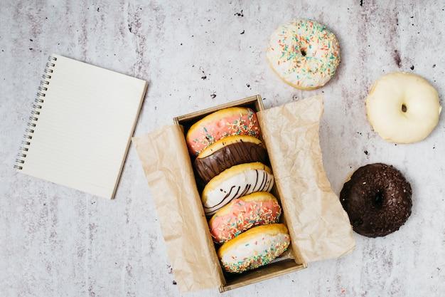 Composición flat lay de donuts ricos