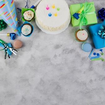 Composición flat lay de elementos de cumpleaños con copyspace