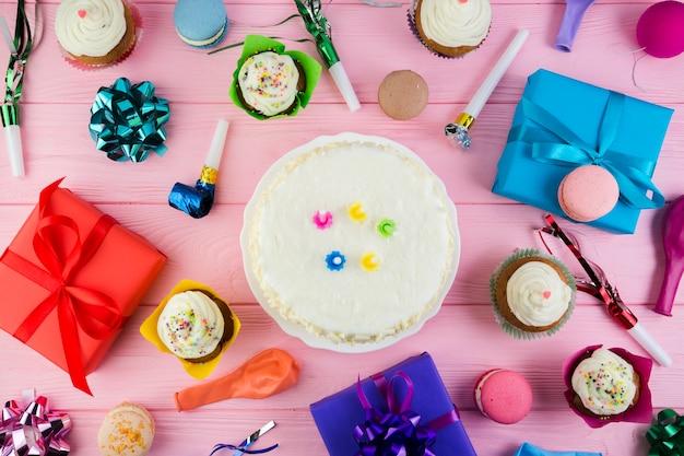 Composición flat lay de elementos de cumpleaños