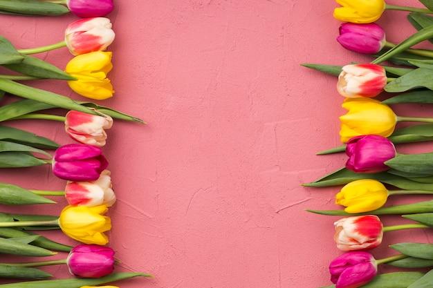 Composición flat lay de flores con concepto de marco