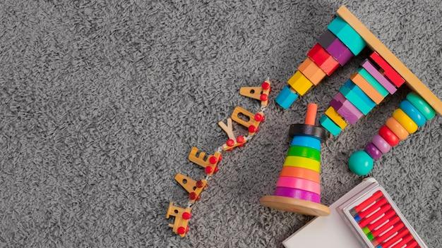Composición flat lay de juguetes con copyspace