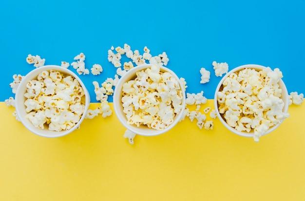 Composición flat lay de palomitas para concepto de cine