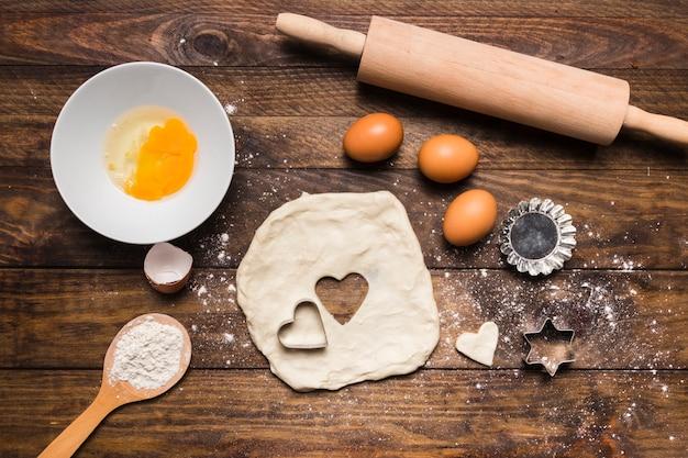 Composición flat lay de panadería con masa y huevos