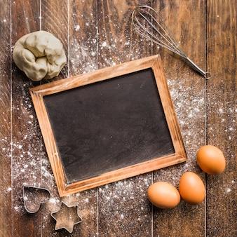Composición flat lay de panadería con plantilla de pizarra