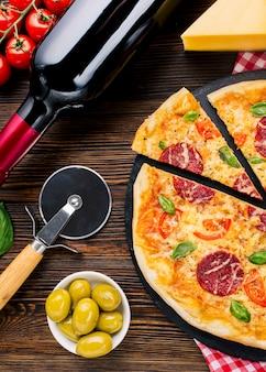 Composición flat lay de pizza deliciosa