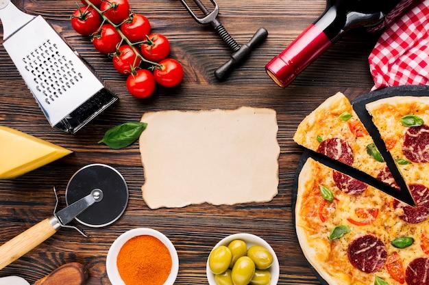 Composición flat lay de pizza con plantilla de papel