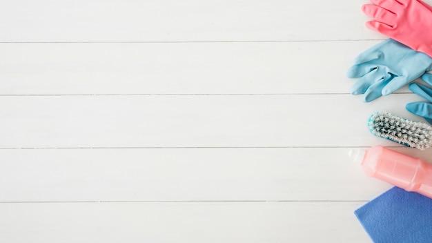 Composición flat lay de productos de limpieza con copyspace