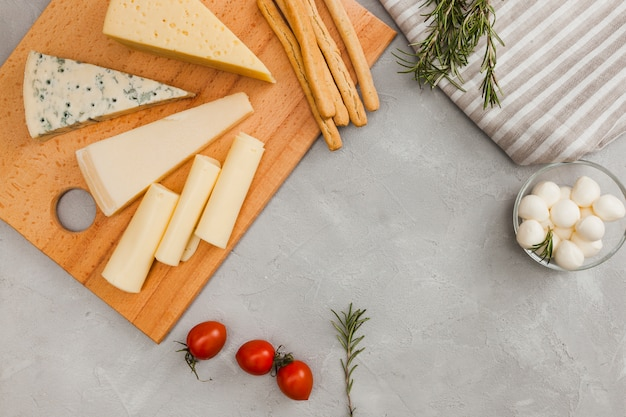 Composición flat lay de queso con copyspace