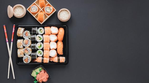 Composición flat lay de sushi con copyspace