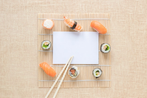 Composición flat lay de sushi con plantilla de papel