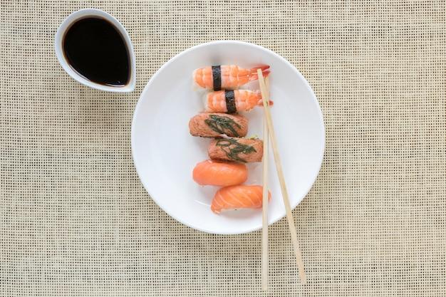 Composición flat lay de sushi