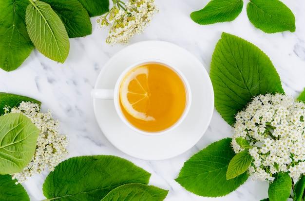 Composición flat lay de té con flores