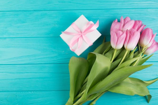 Composición floral para el día de la madre con regalo y rosas