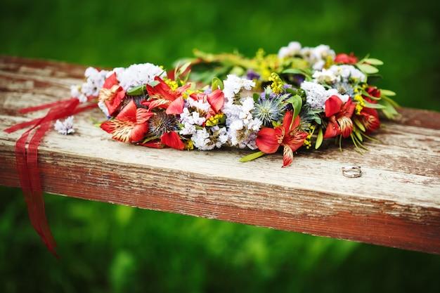 Composición de flores con anillos de boda