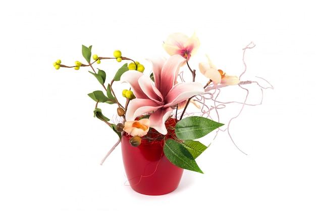 Composición con flores artificiales.