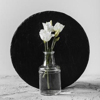 Composición de flores blancas de primavera en florero
