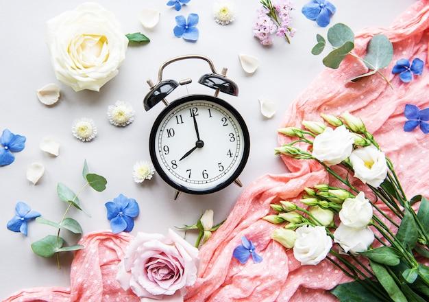 Composición de flores y despertador