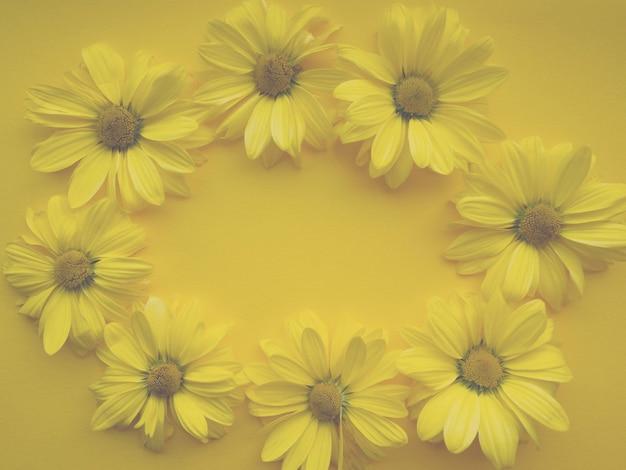 Composición de flores de flores de crisantemo sobre fondo amarillo. color del año 2021 plantilla iluminadora, primavera, verano para tus proyectos.