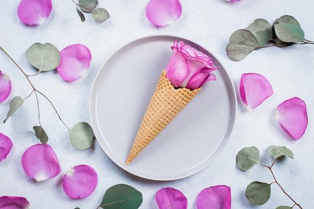 Composición de flores con gofres y rosas rosadas.