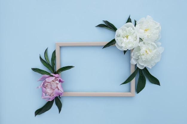 Composición de flores de peonías. primavera, fondo floral. marco con flores blancas y rosas sobre un fondo claro.