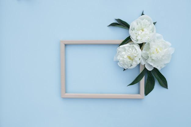 Composición de flores de peonías. primavera, fondo floral. marco con flores blancas sobre un fondo claro.