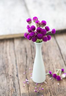 Composición de flores pequeñas y delicadas, bellamente dispuestas sobre la mesa y puestas en un frasco.