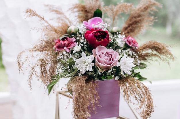 Composición de flores de pie sobre una mesa