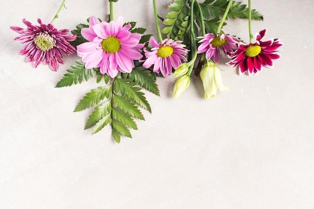 Composición de flores y plantas tropicales.