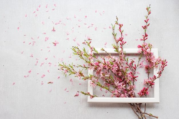 Composición de flores con ramas rosadas en flor