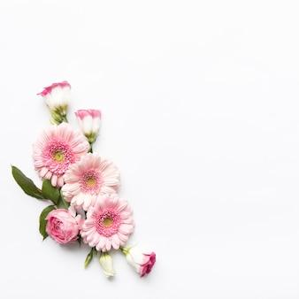 Composición de flores rosadas