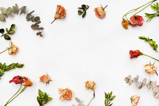 Composición de flores secas. marco hecho de rosa seca. vista plana, vista superior patrón floral de otoño