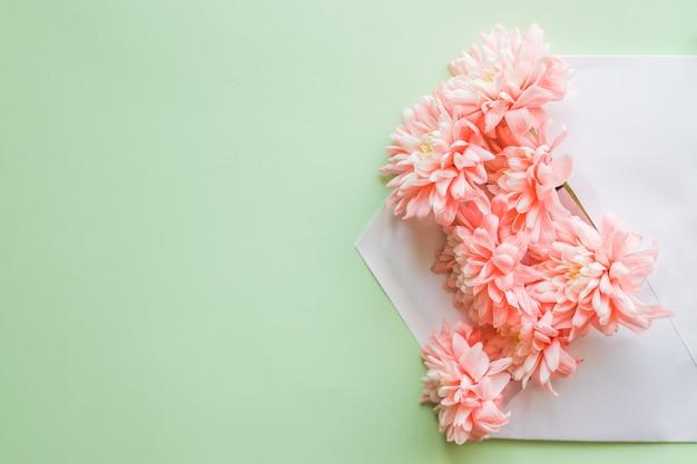 Composición de flores para tarjetas de felicitación. con crisantemos y sobres. correo para usted. tarjetas de invitación de boda o carta de amor