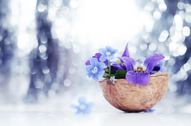 Composición florística con violetas.