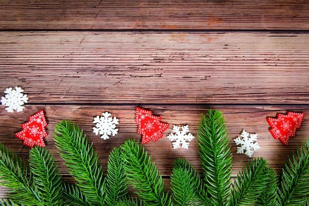 Composición de fondo de navidad ramas de abeto pino y nieve en madera