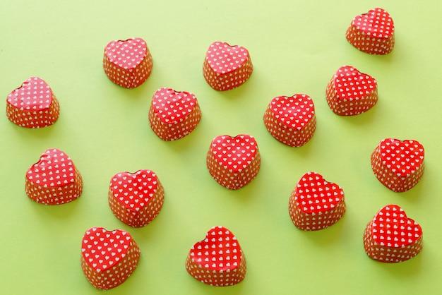 Composición de forma de corazón de san valentín cupcake metálico contenedor