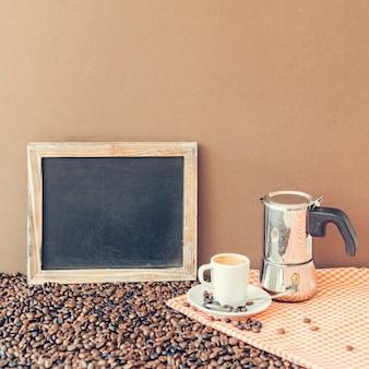 Composición fresca de café con pizarra