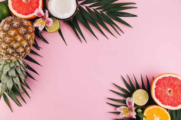 Composición de la fruta del verano en la tabla rosada. plano, vista desde arriba, copia espacio
