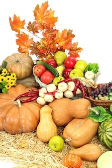 Composición con frutas y verduras en blanco