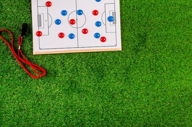 Composición de fútbol con copyspace y tabla de táctica