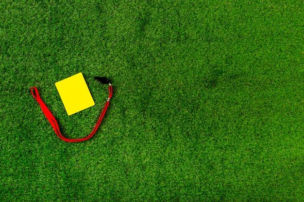 Composición de fútbol con copyspace y tarjeta amarilla