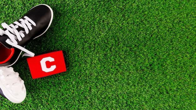 Composición de fútbol con copyspace y zapatos