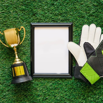 Composición de fútbol con marco y guantes de portero