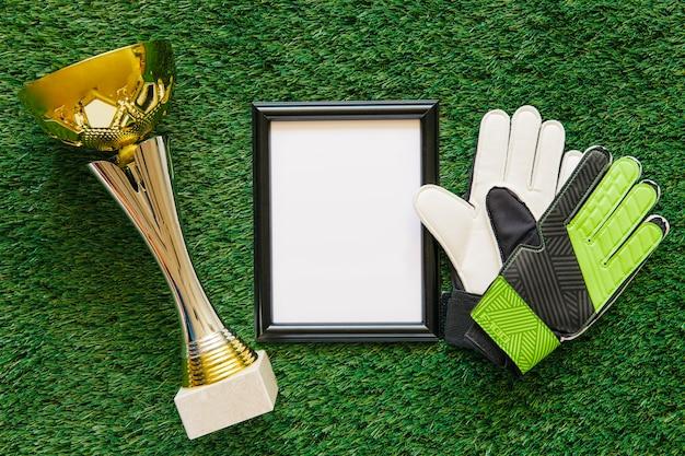 Composición de fútbol con marco y trofeo
