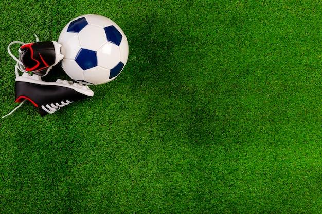 Composición de fútbol con pelota y copyspace