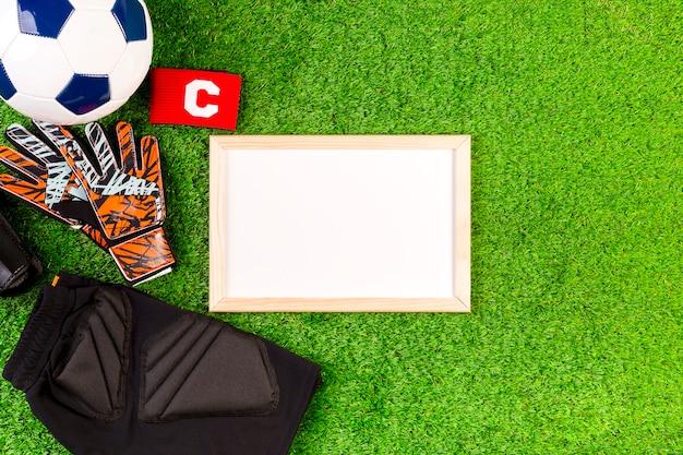 Composición de fútbol con pizarra blanca