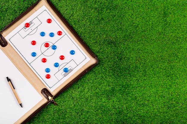Composición de fútbol con tabla y copyspace